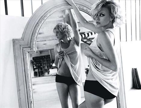 Charlize Theron   Üzerine ne giyerse giysin muhteşem görünüyor.