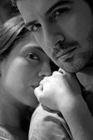 """Aradan geçen yıllar sonunda ikilinin yolları yeniden kesişti. Doktorlar dizisinde tanıştıkları sanılan Merve Sevi ve Paşhan Yılmazel'in aslında birbirlerinin ilk aşkları olduğu, Yılmazel'in verdiği röportajda ortaya çıktı.   Oyuncu ilişkilerinin tarihçesini """"Biz tanıştığımızda Merve daha 17 yaşındaydı.   Merve'nin ilk sevgilisi de benim, bunu kimse bilmez. Bizim ilişkimiz bundan dört yıl öncesine dayanıyor."""" sözleriyle açıkladı."""