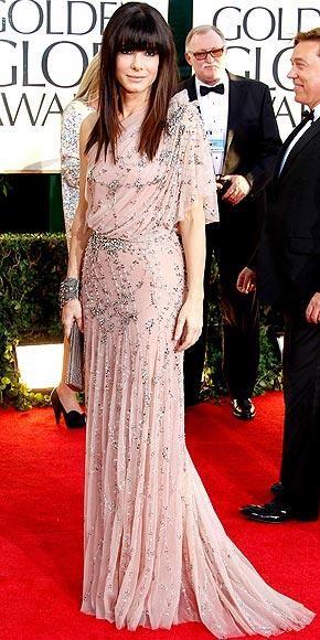 Sandra Bullock şık elbisesi ve makyajına karşın oldukça çömüş görünüyordu.