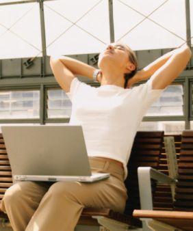 İyi haber şu ki, yaşınız kaç olursa olsun, duruş bozuklukları kolayca düzeltilebilir. İşte yapmanız gereken birkaç şey:  Masanızda karşı tarafınıza dik oturduğunuz zaman gözlerinizin nereye denk geldiğini işaretleyin. Ve otururken bu çizgiden aşağı kaydığınızda kendinize omuzlarınızı ve omurganızı dik tutmayı hatırlatın. Gülümseyin. Pozitif enerji psikolojik olarak daha dik durmanızı sağlayacaktır. Masanızda otururken mümkün olduğunca esneyin. Ellerinizi başınızın arkasına koyun ve dirseklerinizi geriye doğru iterken, siz de geriye doğru esneyin. Bu hareket sırt ağrılarınıza da iyi gelecek. Dayanıklı olun. Sırt kaslarınızı sizi dik tutmaya zorlamaya çalışmak başlarda zor gibi görülebilir ama, zamanla doğal bir refleks haline gelecek.