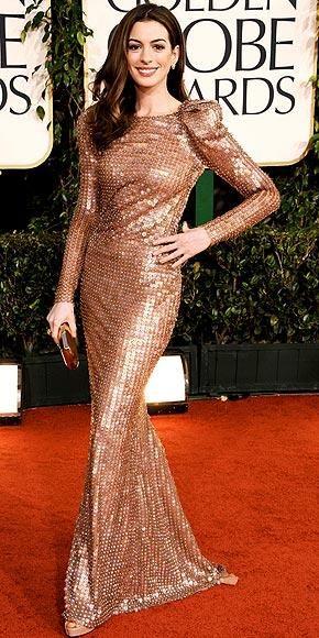 Gecenin en güzel kadınlarından ikisi, Emma Watson ve Anne Hathaway'in bile duruşları çok biçimsizdi.