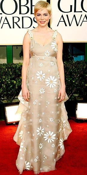 Michelle Williams Valentino elbisesinin içinde kaybolmuş gibi görünüyordu.