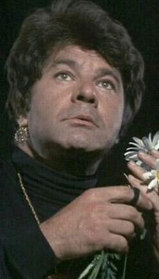 SAHNEDE KALP KRİZİ GEÇİRDİ, SEYİRCİ GÖSTERİ SANDI  Sahnede ölen bir aktör daha. Dick Shawn, 1987 yılında San Diego'da yaptığı bir gösteri sırasında kalp krizi geçirdi.