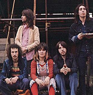 """ISLAK ELLERİYLE MİKROFONU DOKUNUNCA ELEKTRİK ÇARPTI  1960'lar ve 70'ler boyunca bir çok ünlü grupla alan gitarist Leslie 'Les"""" Harvey en çok Stone ve Crows gruplarıyla yaptığı çalışmalarla tanınıyordu.   Harvey, kendisini ölüme götüren konser turnesi sırasında yine aynı grupla sahneye çıkıyordu.   3 Mayıs 1972 gecesi Galler'deki Swansea Top Rank Balroom'daki konser de onlar için herhangi bir konser gibi başladı. Ama öyle bitmedi."""