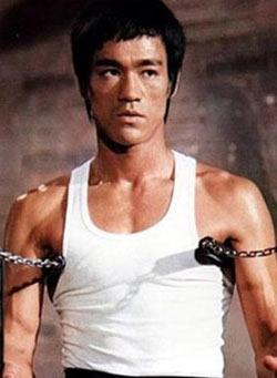 """""""ÖLÜM OYUNU"""" GERÇEK OLDU  Aksiyon filmlerinin ünlü yıldızı Bruce Lee henüz 33 yaşındayken yaşama veda etti.   'Game of Death' filminde birlikte oynayan baba - oğul Bruce ve Brandon Lee de lanetlilerden sayılıyor."""