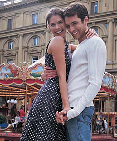 Polka desenli elbise Tabii ki bunu giyebilmeniz için yaz aylarını beklemeniz gerekiyor. Erkeklere göre şık, siyah - beyaz bir polka desenli elbisenin içinde hem şık, hem de seksi görünüyorsunuz. E asıl amaçta bu değil mi zaten?