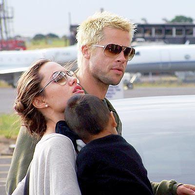 Angelina Jolie ile birlikte olmaya başlayınca saçlarını bir ara civciv sarısına boyattı.