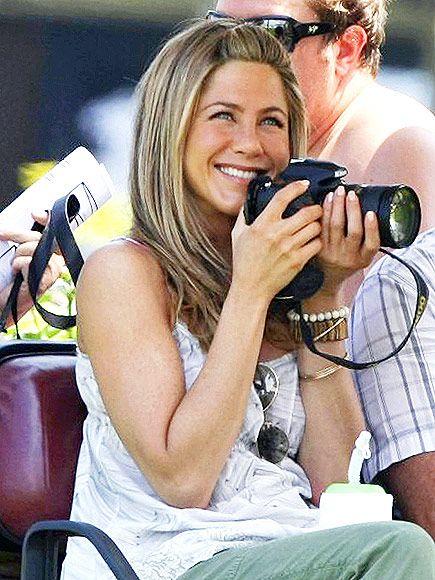 Jennifer Aniston set aralarında Nikon D700 kamerasıyla fotoğraf çekmeye bayılıyor.