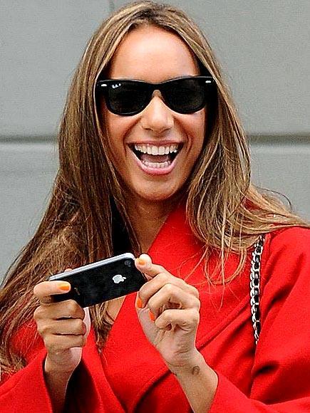 Leona Lewis de İphone 4 kullananlardan
