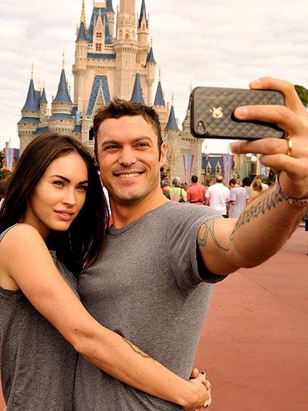 Megan Fox ve Brian Austin Green, aile fotoğraflarını İphone 4'leriyle çekiyor.