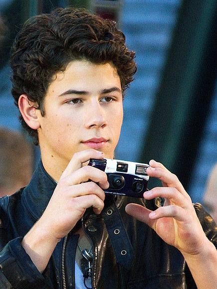 Nick Jonas bağlanmayı sevmeyenlerden o WALGREENS DISPOSABLE CAMERA kullanıyor.