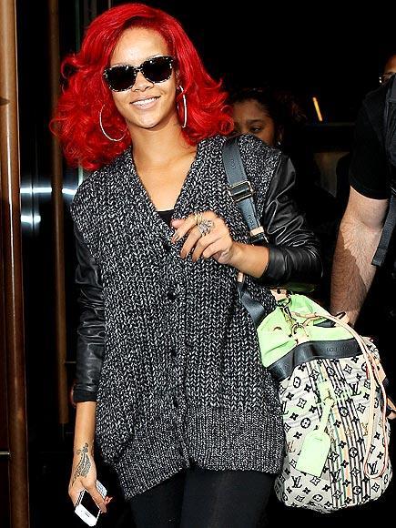 Rihanna Blackberry bold 9780 tercih ediyor.