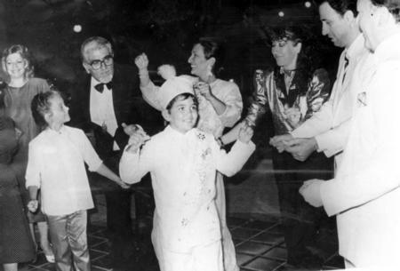 ALİ - KEMAL SUNAL  Komedi filmlerinin unutulmaz oyuncusu merhum Kemal Sunal'ın oğlu Ali Sunal babası gibi oyunculuğu seçti.