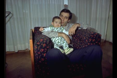 """""""Propaganda"""" dahil birçok filmde babasıyla birlikte oynadı."""