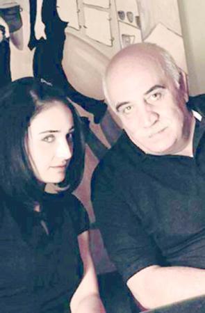 """Oyuncu Sönmez Atasoy'un kızı olan Fadik Sevin, """"Bizim Evin Halleri"""" isimli dizi ile kariyer hayatına başladı."""