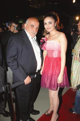 """Son olarak rol aldığı """"Zeynep'in sekiz günü"""" isimli film yüzünden eleştirilere maruz kalan genç oyuncunun en büyük destekçisi meslektaş olduğu babası."""