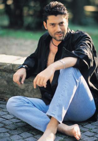 GÖKHAN - GÖRSEL ARSOY  90'lı yılların başarılı jönlerinden olan Gökhan Arsoy, Yeşilçam'ın sayılı yakışıklılarından Göksel Arsoy'un oğlu.