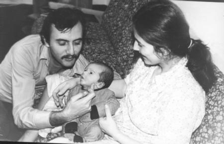 MEMET ALİ - MUSTAFA ALABORA  Tiyatronun usta oyuncularından olan Mustafa Alabora'nın oğlu Memet Ali Alabora, önce gazetecilik yaptı, dahası Savaş Ay'ın televizyondaki programlarında çalıştı.