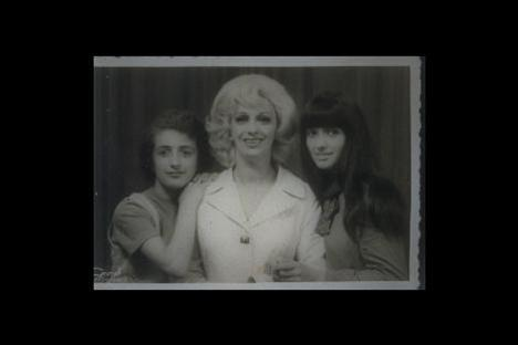 MÜJDE AR - AYSEL GÜREL  Yaptığı açıklamalar ve sivridilli eleştirileri ile magazin basınına malzeme veren Müjde Ar, Türk televizyon tarihinin ilk dizisi Aşk-ı Memnu ile şöhreti yakaladı.