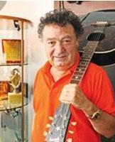 Değişmeyen tek şey elinden hiç düşürmediği gitarı.