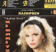 O dönemdeki albümlerin kapaklarında da günün modasına uygun saç ve makyaj tercih ediyordu.