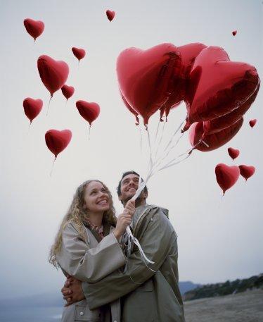 Aşk balonu   Ona aldığınız hediyenin ucuna üzerinde 'seni seviyorum' yazan kocaman bir balon bağlayıp yatak odasında yatağın üzerine koyabilirsiniz.   Aşkınızı anons edin   O gün birlikte bir mağazaya alışverişe gidin, sonra birden ortadan yok olun ve onu ne kadar çok sevdiğinizi mağazada mikrofonlar aracılığıyla anons edin. Elbette tüm bunları mağaza yetkilileriyle önceden organize etmeyi unutmayın.
