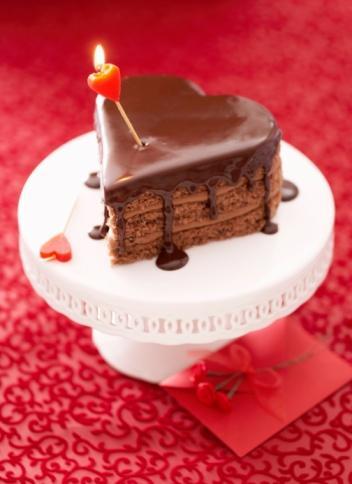 Aşk pastası   Sevgililer Günü'ne özel bir pasta yapabilirsiniz. Kırmızı gıda boyası kullanarak kalp şeklinde bir pasta yapın ve üzerine krem şantı ile 'seni seviyorum' yazın.