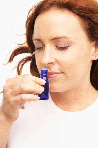 Onun için bir parfüm yaratın   Parfümerilerden elde edeceğiniz esans kokularıyla ona özel farklı bir parfüm yaratabilirsiniz.   Sevginizi örün   En sevdiği renklerden oluşan bir atkı veya bere örüp, soğuk kış aylarında içinin ısınmasını sağlayabilirsiniz.