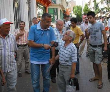 Sunucunun sokakta aniden karşınıza çıkıp soru yönelttiği yarışmalardan biri de TRT'de yayınlanan Kim Bilecek'ti.