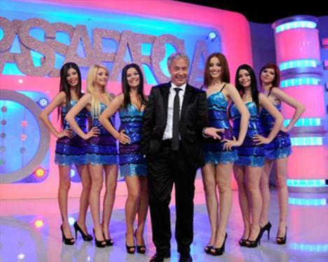 Ünlülerin de katıldığı yarışma bölüm aralarında hosteslerin danslarıyla da renkleniyor.