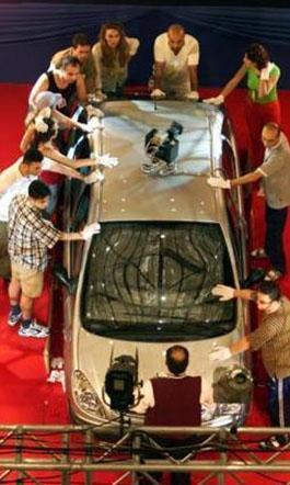 Bir araba etrafında sıralanan ve gizli kamera yardımıyla sürekli kontrol altında tutulan yarışmacılar büyük ödülü kazanman için yarıştı.