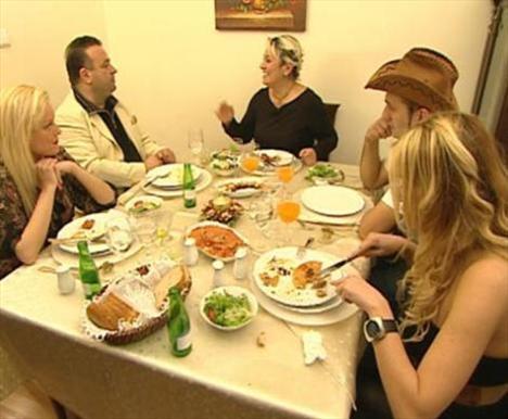 Beş katılımcı mutfak becerilerini konuştururken birbirlerini acımasızca eleştirmekten de geri kalmıyorlar..