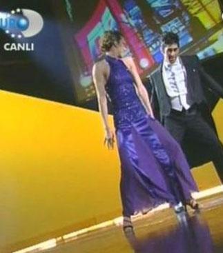 TV'de ilgiyle izlenen yarışmalardan biri de Benim le Dans Eder misin'di.