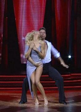 Yarışmanın yıldızları gösteri dünyasının ünlüleri. Pantnerleri ise profesyonel dansçılar.