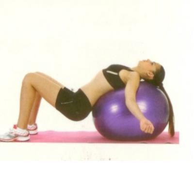 Göğüs ve karın esnetme Topun üzerinde sırt üstü rahat bir şekilde yatın. Top, sırt ve boynunuzu tam destekliyinceye kadar aşağı doğru kayın. Kalça serbest, kolları yanlara doğru açarak göğüs ve karın kaslarınızı esnetin. 15 -20 saniye bu pozisyonda bekledikten sonra başlangıç pozisyonuna dönün.