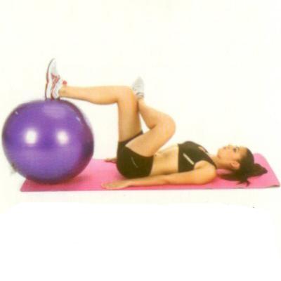 Kalça esnetme Sırt üstü yere yatın, bir ayak topuğunu topun üzerine koyun, bacak bacak üstüne atma pozisyonunda harekete başlayın. Topun üzerindeki ayağınızı diz 90 derecelik bir açı oluşturuncaya kadar topu yuvarlayarak kendinize doğru çekin.