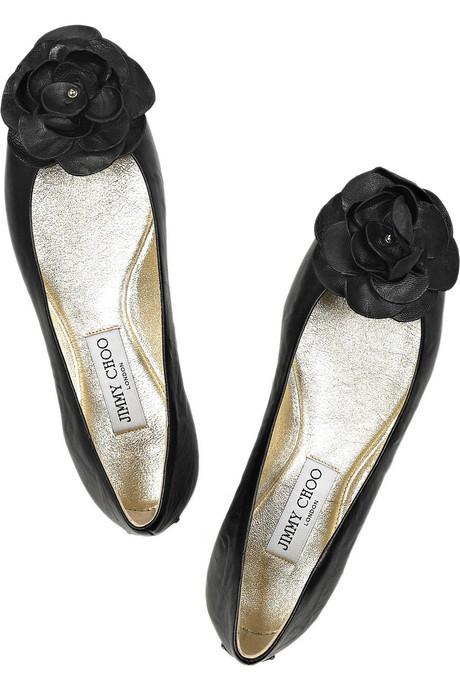 """Babetler """"Yüksek topuklu ayakkabıların dönüştürücü gücüne asla sahip olamayacaklar belki ama babetler de başlı başına şık ve her zaman varlıklarını sürdürmüş ayakkabılardır. Sade ve zariftir. Moda dünyasının benimsediği ve taparcasına sevdiği az sayıda topuksuz ayakkabı modelinden biri olmaya devam etmektedir. Üstelik çok rahattır! Şimdiye kadar seks sembolü Brigitte Bardot'tan kusursuzluk ve masumiyetin simgesi Audrey Hepbum'e ve şimdi Hollywood'un tüm genç yıldızlarına kadar babetlerın oldukça fazla ünlü hayranı olmuştur. Ayrıca kurtarıcı babetler topuklu giymenin söz konusu olmadığı nadir durumlarda başvurulan bir ayakkabı modelidir."""""""