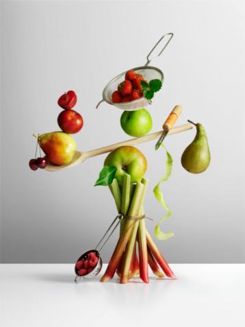 1- Yemeklerinize ve salataya narenciye meyvelerinden ekleyebilirsiniz  Portakal, greyfurt, limon, ıhlamur ve kivi çok iyi seçimlerdir. Bu meyveler C vitamini bakımından zengindir. Araştırmalar C vitamininin kolesterol ve tansiyonu düşürdüğünü, stresli durumlarda diğer fizyolojik reaksiyonlara yardım ettiğini göstermiştir. Aşırı yağlı, şekerli veya mayonezli salata sosları yerine narenciye kullanabilirsiniz.