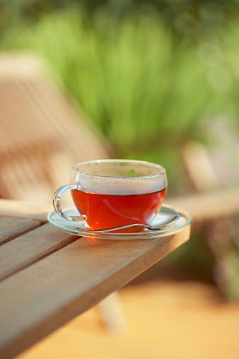 3- Bir fincan çay demleyin  Yeşil, siyah ve beyaz çay aynı bitkinin farklı fermantasyonu sonucu soframıza gelir. Şekersiz içildiklerinde kilo kontrolüne yardımcı olurlar. Acıktığınızda sıcak bir çay içmek, yanına kuru meyve eklemek tokluk hissi yaratacaktır. Çay seçimlerinde  ıhlamur,  melisa ve adaçayını da ihmal etmeyin.