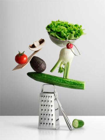 4- Koyu yeşil yapraklı sebzeleri seçin  Brokoli, karalahana, brüksek lahanası, ıspanak B vitamini ve antioksidan bakımından zengin. Araştırmalar gösteriyor ki, B grubu vitaminleri düşük seviyelerde olan insanlar, normal seviyelerde olanlara nazaran depresif özellikler göstermeye daha meyilli oluyor. İçerdikleri lifler sebebiyle bağırsak hareketlerine yardımcı olan bu sebzeler, kolesterolü yüksek olanlarında daha sık tercih etmeleri gereken grupta. Bu sebzelerin sıcak veya zeytinyağlı yemeğini yapmak, buharda pişirip salatanıza eklemek, tam buğday unu ve az yağla fırında mücver pişirmek seçenekler arasında.