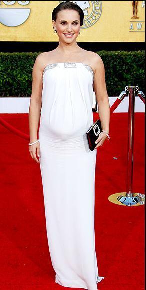 Gecenin kazananlarından Natalie Portman Azarro tuvaleti ve 2 milyon dolarlık Tiffany & Co.  mücevherleriyle dikkat çekti.