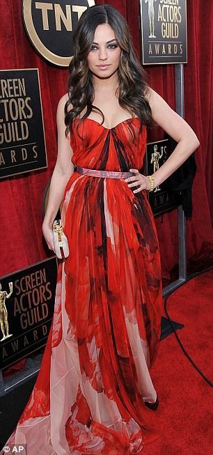 Mila Kunis Alexander McQueen tuvaletiyle.