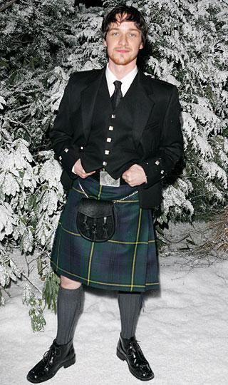 Ünlü erkekler İskoç etekleriyle çeşitli davetlerde paparazzilere poz verince kaçınılmaz olarak kime daha çok yakıştığı sorusu  gündeme geliyor.   Kombinasyonlara bakın kararı siz verin...  (Milliyet)