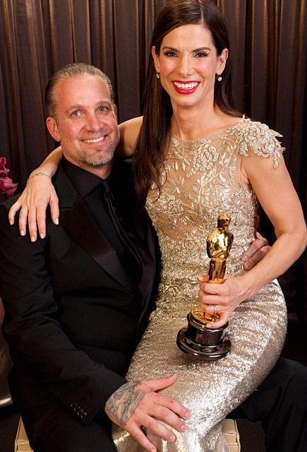 Sandra Bullock ise geçen yıl Oscar ödülünden sonra terk edilmişti. Uzmanlara göre durum çok açık: Bir  kadın kocasından daha başarılı olarak sosyal normları ihlal ettiğinde o evlilik de tehlikeye  girmiş demektir.