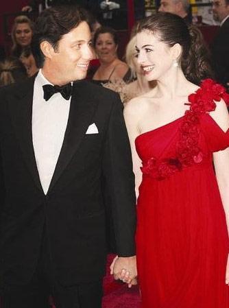 2008'deki törenin kırmızı halısında üç yıllık sevgilisi Raffaello Follieri ile yürürken gözlerinin içi gülen Anne Hathaway, sadece dört ay sonra sevgilisini terk etti.  Ayrılığın nedeni, İtalyan emlakçı hakkındaki dolandırıcılık suçlamalarıydı. Follieri, bu nedenle hapse de girdi.