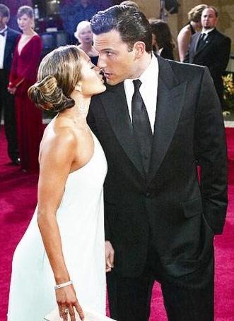 2003'teki törene katılan Ben Affleck ve Jennifer Lopez, o zamanlar nişanlıydı. Çift, eylül ayında yapacakları düğünden sadece birkaç gün önce ayrıldıklarını açıkladı. 6.1 karatlık elmas yüzük bile onların ilişkisini kurtarmaya yetmedi...
