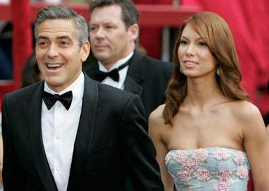 """Las Vegas'ta garsonluk yapan Sarah Larson, George Clooney'nin Oscar Töreni'ne birlikte katıldığı ilk kız arkadaşıydı.  """"Michael Clayton"""" filmindeki performansıyla 2008 yılında En ıyi Erkek Oyuncu ödülüne aday gösterilen Clooney, törenden birkaç ay sonra sevgilisiyle yollarını ayırdı."""