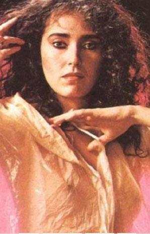 BALERİNDİ OYUNCU OLDU   Yahprak Özdemiroğlu, 1980'lerin ve 90'ların güzel yıldızlarından biriydi.   Aslında bale eğitimi gören Özdemiroğlu, müzisyen Atilla Özdemiroğlu'nun kızı.