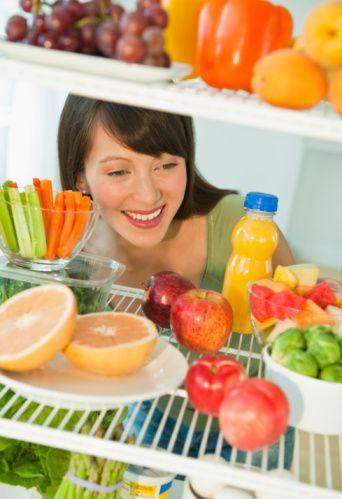 Alkol Sonrası Detoks Alkol vücudumuzda su tutulmasına sebep olur. Hem alkolün yarattığı şişkinlik hissinden kurtulmak hem de vücudumuza verdiği zararı en aza indirmek için, taze meyve-sebze suyu gibisi yoktur. Özellikle erkeklerin, alkol sonrasında havuç ağırlıklı bir meyve sebze suyu içmesi uzmanlar tarafından da sıkça önerilir. Malzemeler 3 kereviz sapı çubuğu 4 havuç, soyulmuş, 3 elma