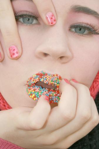Tat duyusu teorisi: Sigaranın bırakılması ile birlikte, tat duyusunun düzelmesi ve ihtiyaç duyulan oral uyarımın ortaya çıkması ile birlikte kişi, daha çok yemek yemeye başlar. Lezzet alma isteğindeki artışla besin tüketimi de artar.